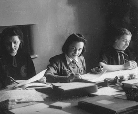 Alcune ragazze studiano insieme nel ghetto di Łódź (Archiwum Państwowego w Łódź, Archival signature 1109: 71-2369-3)