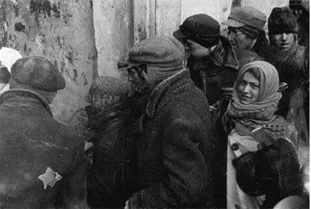 Una coda per la distribuzione del cibo (Yad Vashem Photo Archive, Archival signature 4062/461)