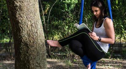 La giovane autrice che guarda il mondo dagli alberi: