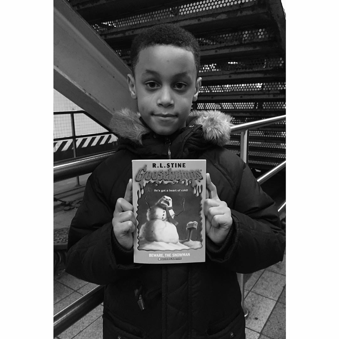 bimbo lettore in metro