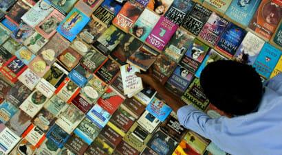 Un furgone carico di libri viaggia per l'India e promuove la lettura
