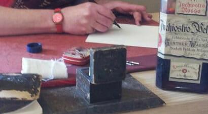 Tastiere e smartphone? L'arte della calligrafia è un lavoro sempre più richiesto: la storia di Ketty