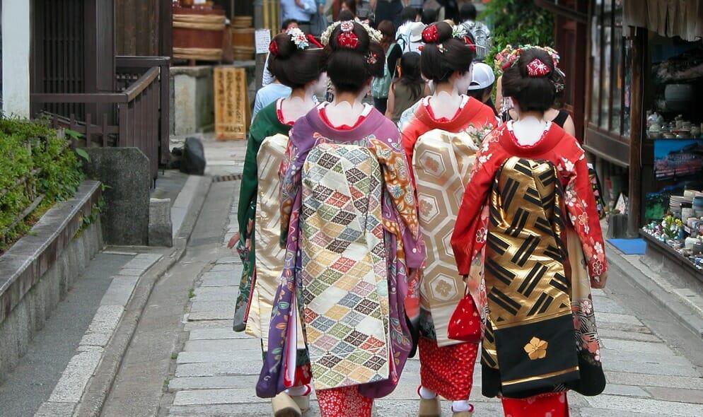 La maternità nel Giappone diviso tra tradizione e modernità: il nuovo romanzo di Viola di Grado