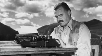 Chi era Hemingway: libri, vita avventurosa e curiosità in un'infografica