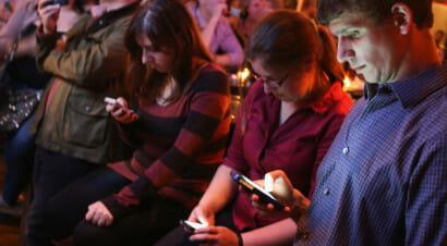 Se è diventato normale guardare lo smartphone anziché gli altri