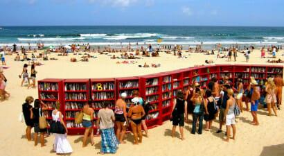 Il piacere di leggere in spiaggia e il successo delle biblioteche in riva al mare