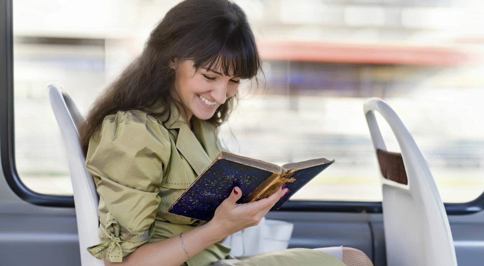 lettrice leggere libri libro treno bus