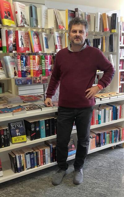 Guglielmo Piombini nella sua libreria