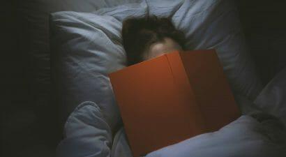 Addormentarsi dopo aver letto un libro fino a notte fonda