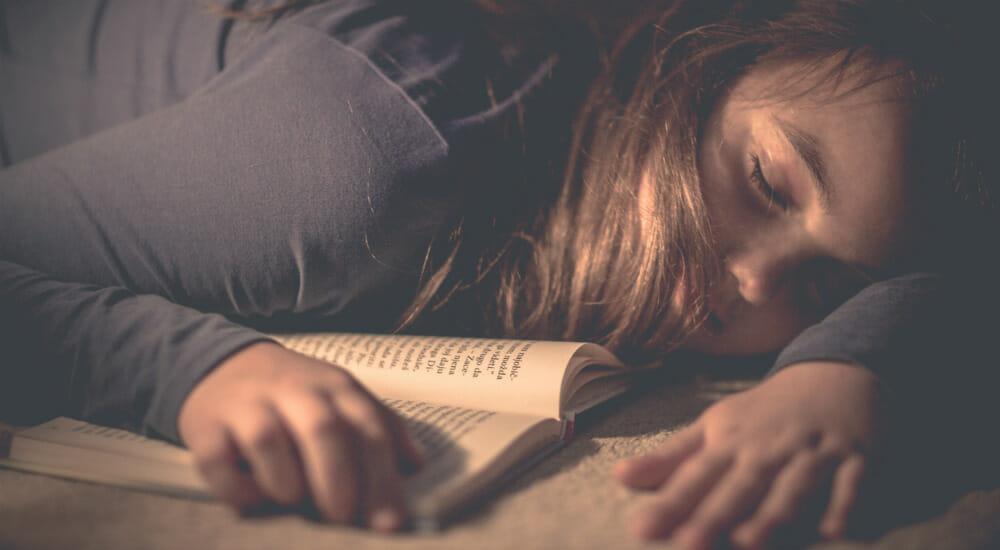 leggere libro letto bambina lettrice lettore bambini addormentata dorme