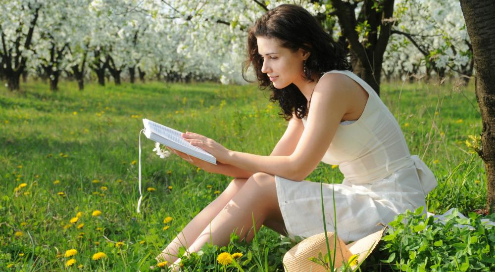 leggere libri aria aperta fiori primavera alberi prato lettura libri