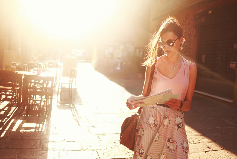 Quei lettori che non riescono a staccarsi da un libro nemmeno quando camminano