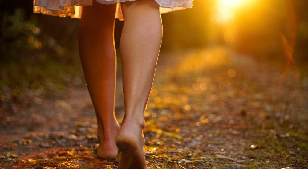 La gioia genuina di camminare a piedi nudi nella natura