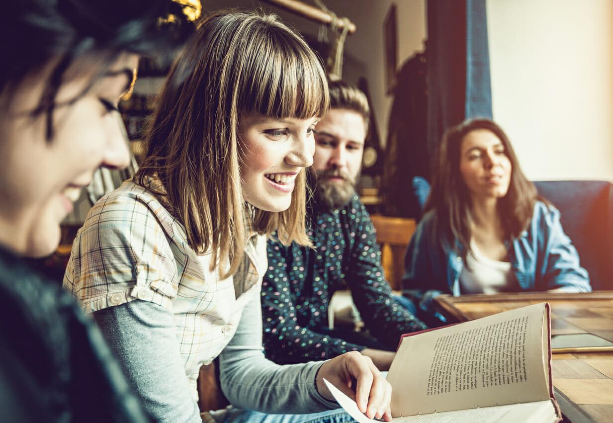 Spopolano i gruppi di lettura: in libreria, nelle biblioteche, sui social e in luoghi inusuali...