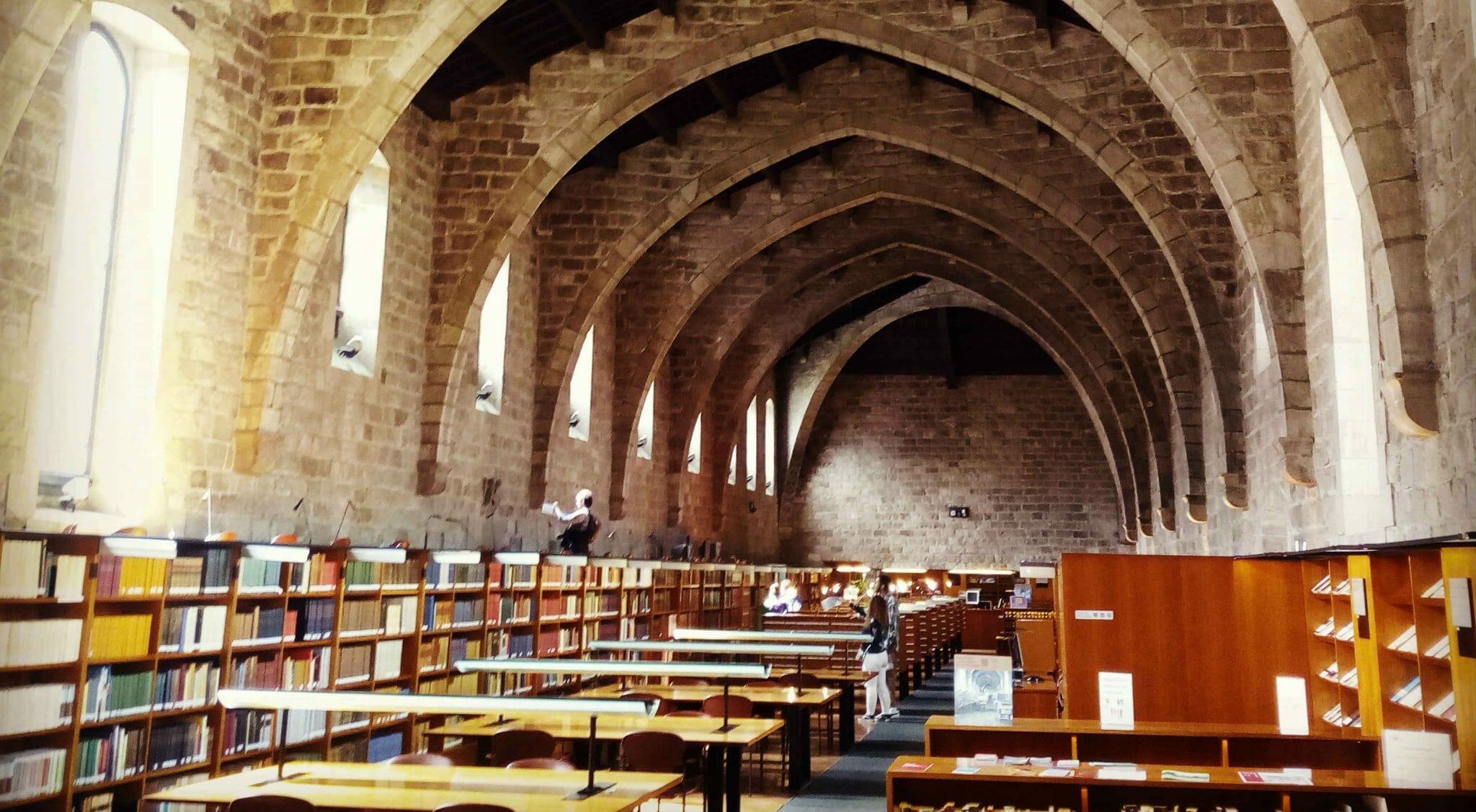 Il fascino e la storia della biblioteca nazionale catalana, sopravvissuta alla dittatura - Reportage