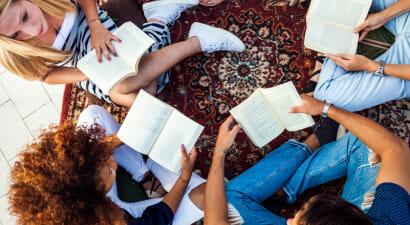 Nella scelta di un libro il consiglio di parenti e amici vale cinque volte di più dei media tradizionali