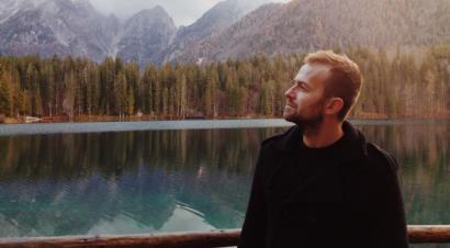 Cercare di essere felici, nonostante le difficoltà: il nuovo romanzo di Enrico Galiano