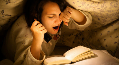 Quei lettori che, pur di finire il libro che li sta prendendo, restano svegli tutta la notte...