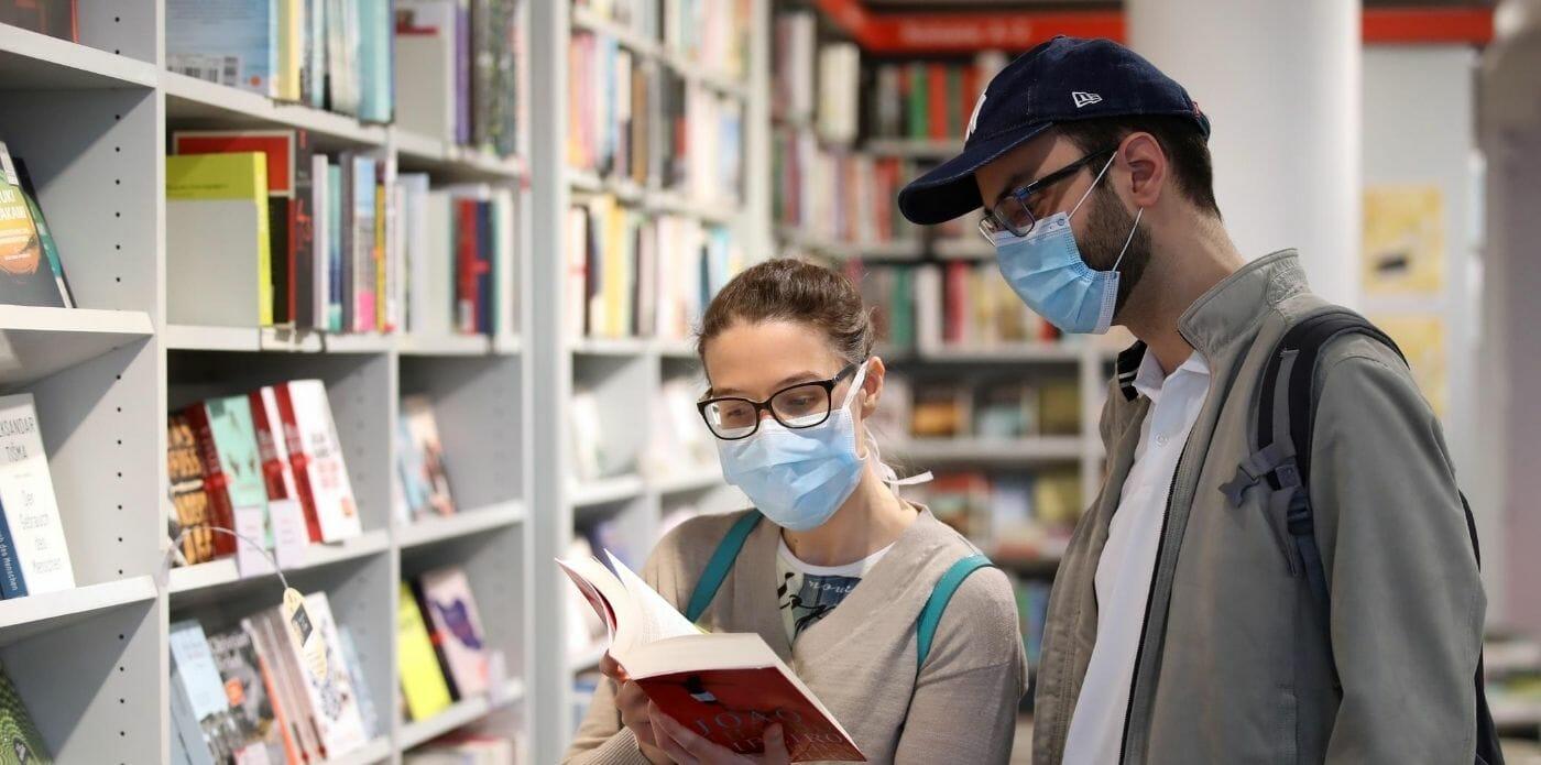 Il recupero del mercato del libro (e dei negozi fisici) dopo il lockdown. Ma resta la preoccupazione per l'andamento della pandemia