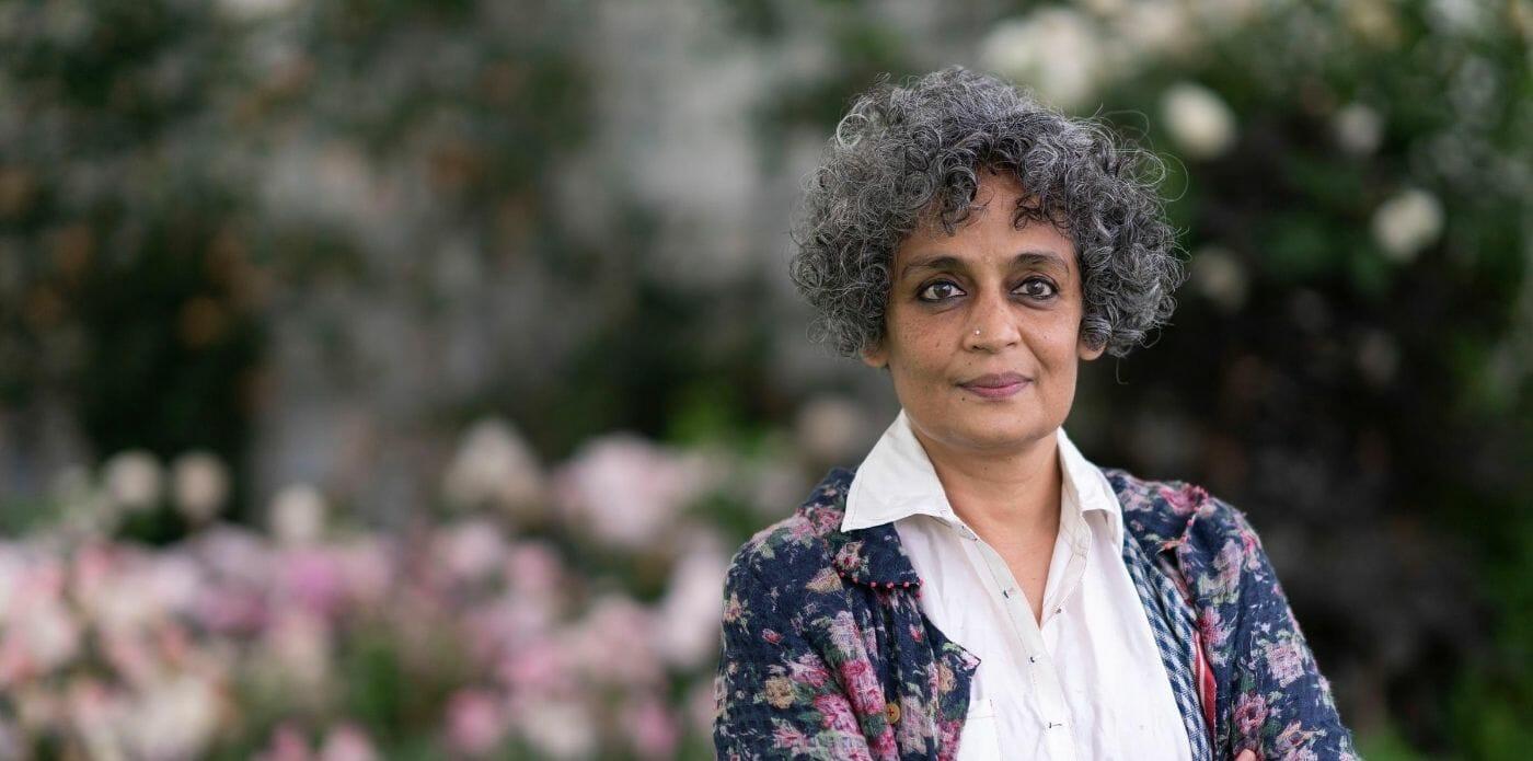 """""""Azadi"""": l'esortazione di Arundhati Roy alla libertà dalle minacce del mondo contemporaneo"""