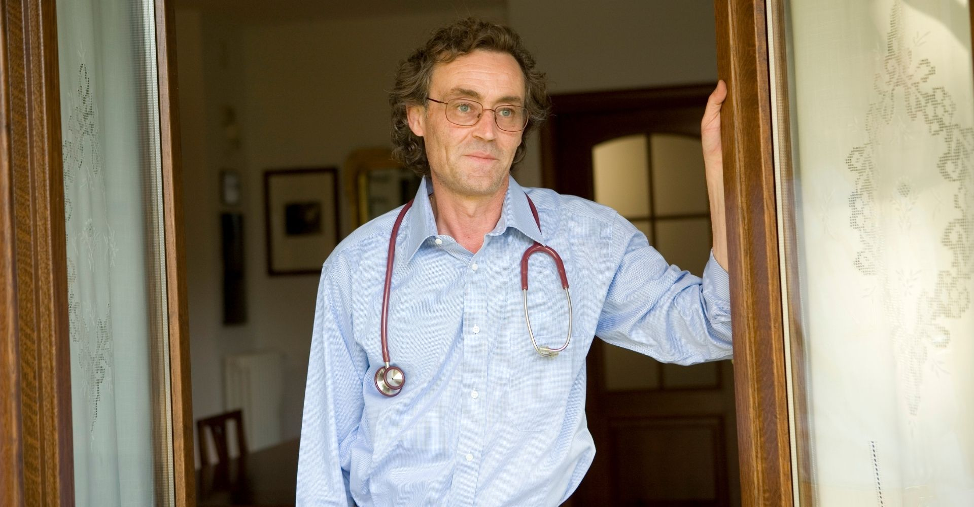 """Andrea Vitali a Bellano aiuta a vaccinare gli anziani: """"Non si poteva dire di no"""""""