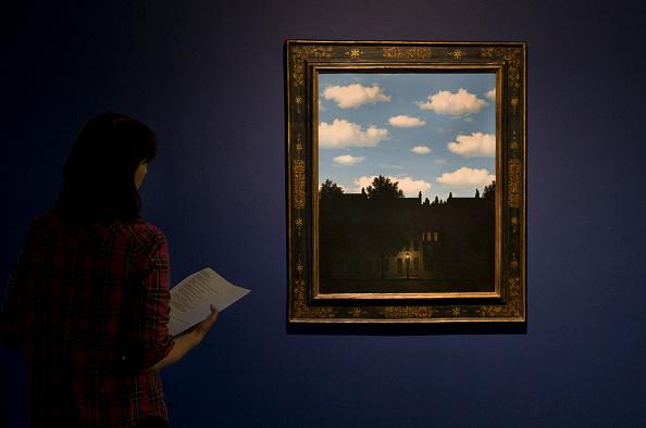 Una ragazza osserva L'impero della luce di Magritte, un esempio di ossimoro in arte