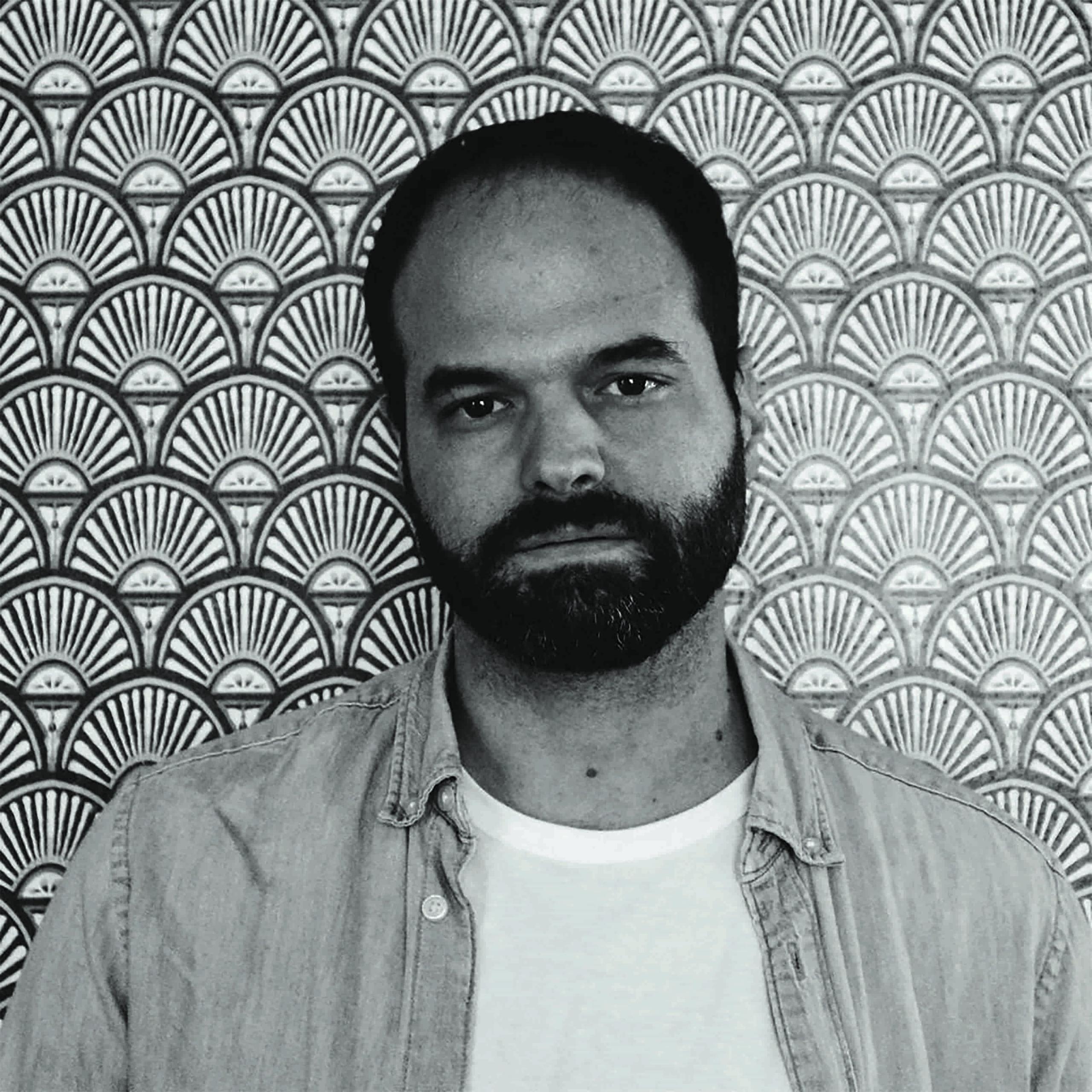 Mezzobusto in bianco e nero dello scrittore Fabio Deotto