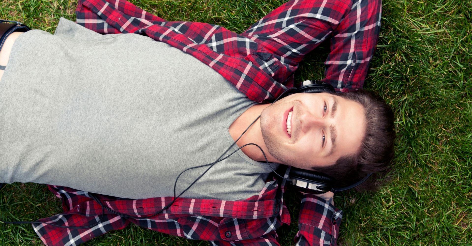 """Ecco quali sono gli audiolibri più ascoltati (e chi sono gli """"audiolettori"""" italiani: millennials, soprattutto)"""