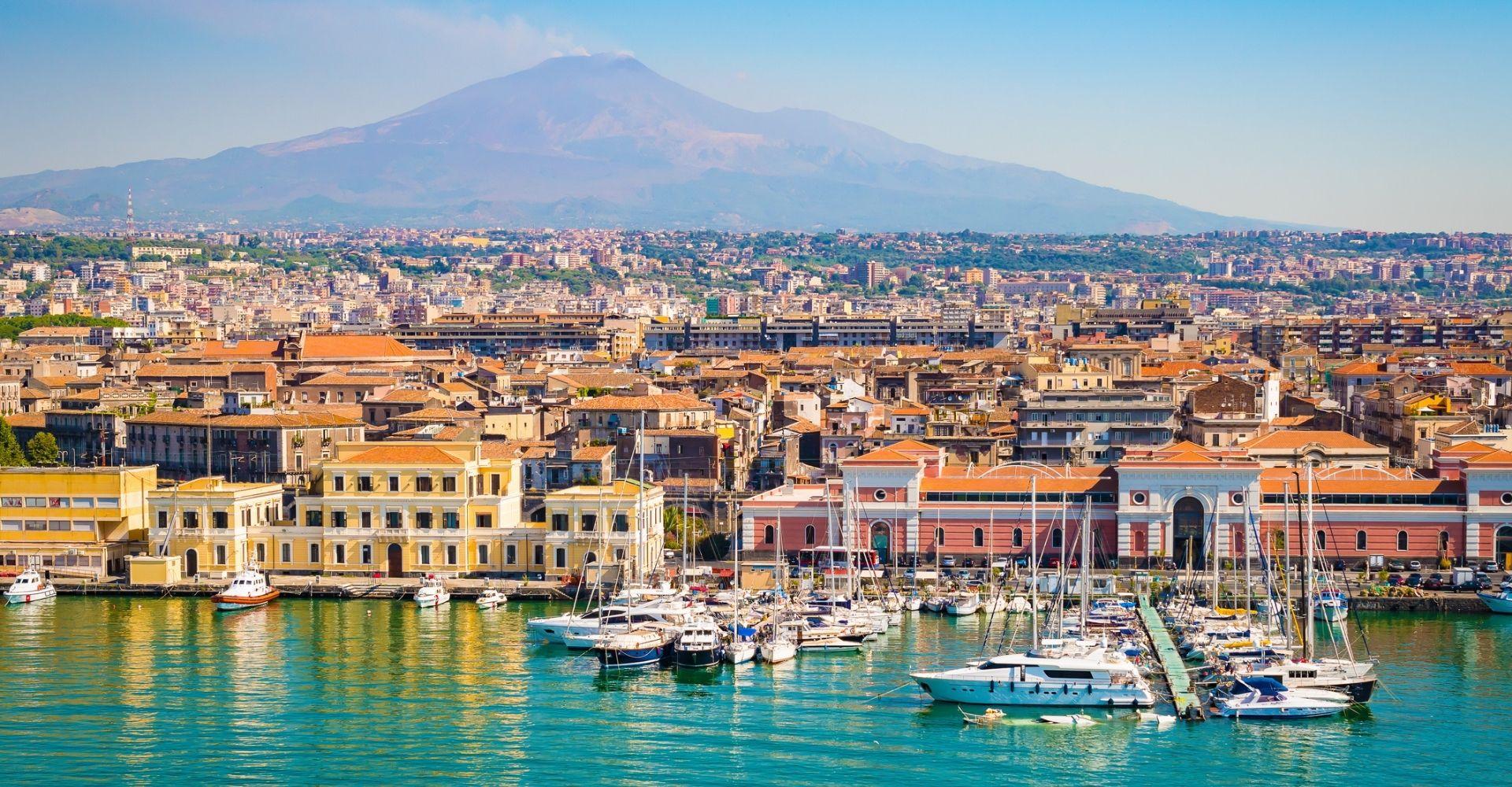 Viaggio letterario a Catania, tra palazzi barocchi, natura selvaggia e miti greci